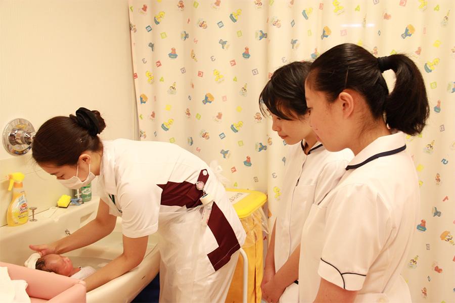 産婦人科で赤ちゃんの沐浴を見学